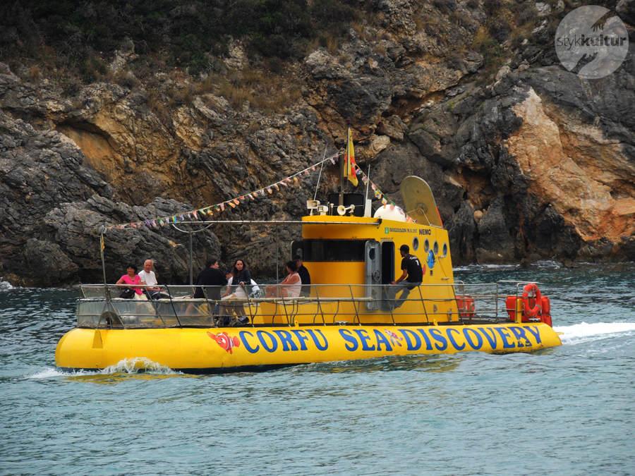 Samochodem po Korfu – Paleokastritsa i żółta łódź podwodna