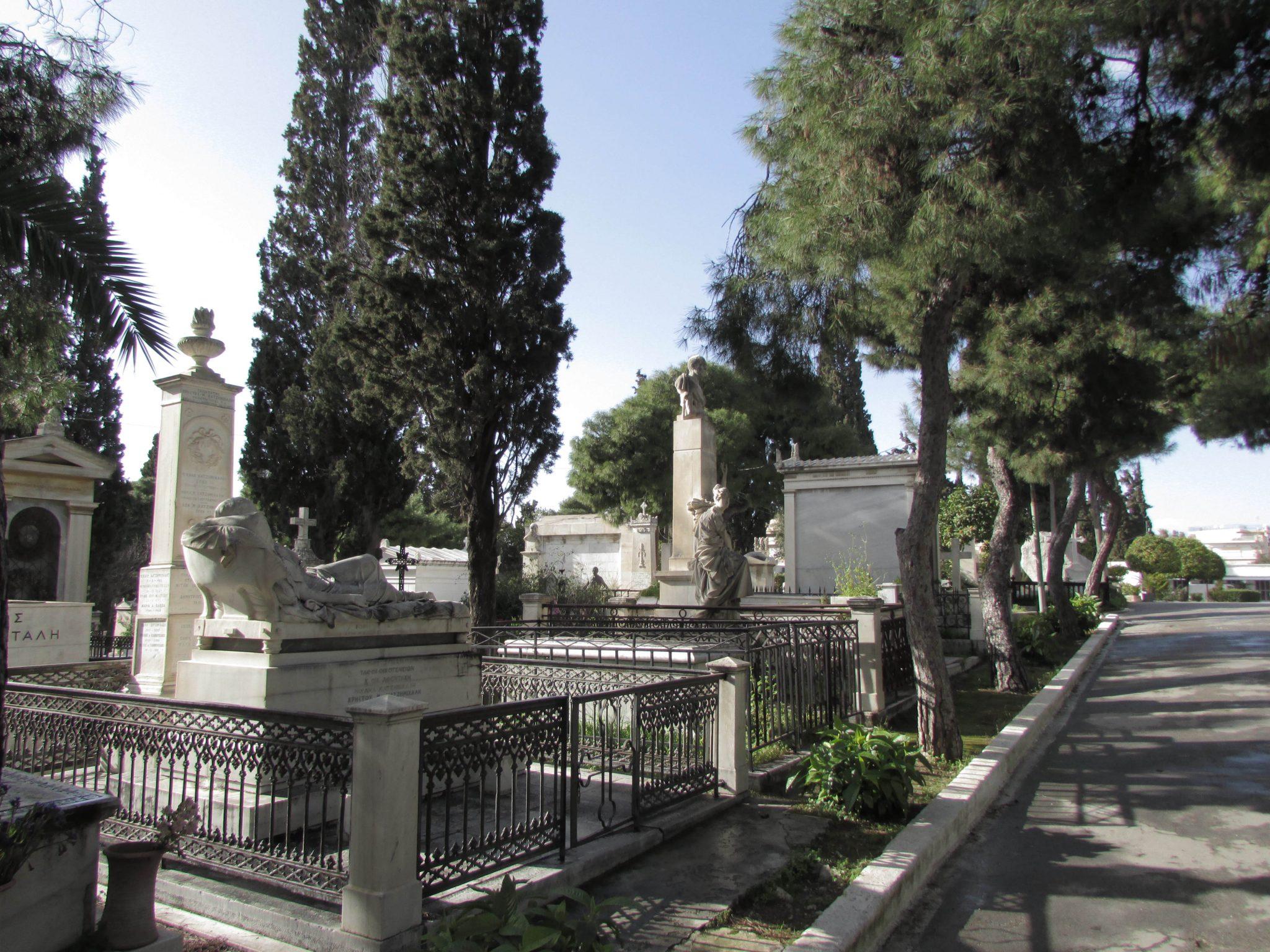 Dlaczego Grecy na cmentarzach sadzą cyprysy?