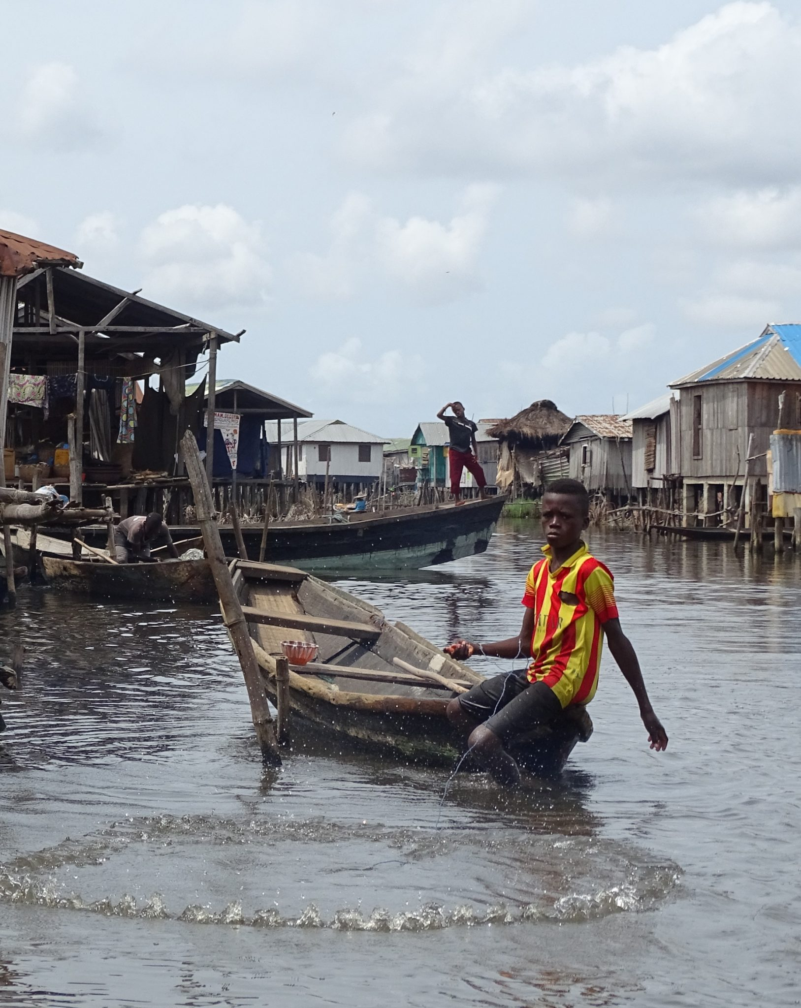 Wioska rybacka na jeziorze w Beninie w Afryce Zachodniej
