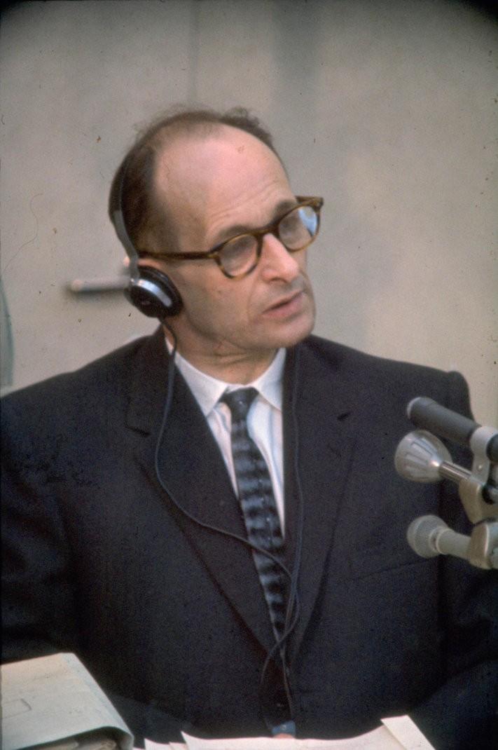 https://blogerzyzeswiata.pl/wp-content/uploads/2019/05/nierozliczona-przeszlosc-niemcow-Adolf_Eichmann_at_Trial1961-711x1070.jpg